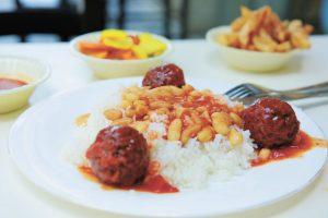 עמית ויונתן אוכלים סביח בממילא (צילום: ארנון בוסאני)