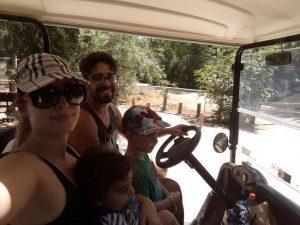 משפחת אפל מבלה בספארי (צילום: אלבום פרטי)