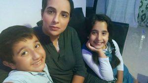אושרת לסרי וילדיה היום בביתה בקרית היובל (צילום: פרטי)
