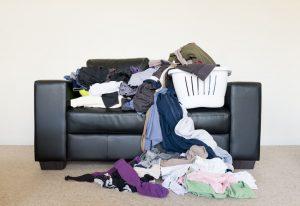 ערימות של כביסה על הספה (צילום: א.ס.א.פ קריאייטיב INGIMAGE)
