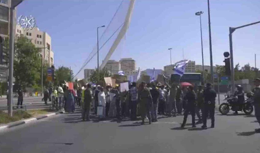 הפגנה נגד פינוי מרכז השליטה במבשרת ציון בכניסה לעיר (צילום: דוברות המשטרה)
