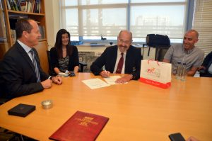 חתימה על הסכם האירוח של ירושלים אוליפיאדת הילדים, לשכת ראש העיר (צילום: ג'קי לוי, באדיבות עיריית ירושלים)