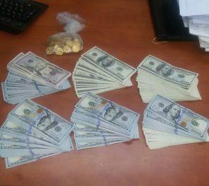 חלק מהדולרים שנתפסו (צילום: דוברות המשטרה)