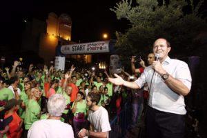ראש העיר ניר ברקת מזניק את מרוץ הלילה בשנה שעברה (צילום: פלאש 90)