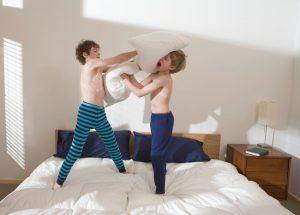 קרב כריות בין ילדים (צילום: א.ס.א.פ קריאייטיב INGIMAGE)