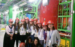 תלמידות פלך במאיץ החלקיקים במרכז המחקר CERN (צילום: תלמידות המשלחת)