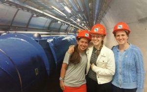 """תלמידות מגמת הפיזיקה מבית הספר """"פלך"""" במרכז המחקר CERN (צילום: תלמידות המשלחת)"""