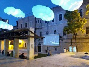 עננים בכיכר הירח - מצלים ביום ומאירים בלילה