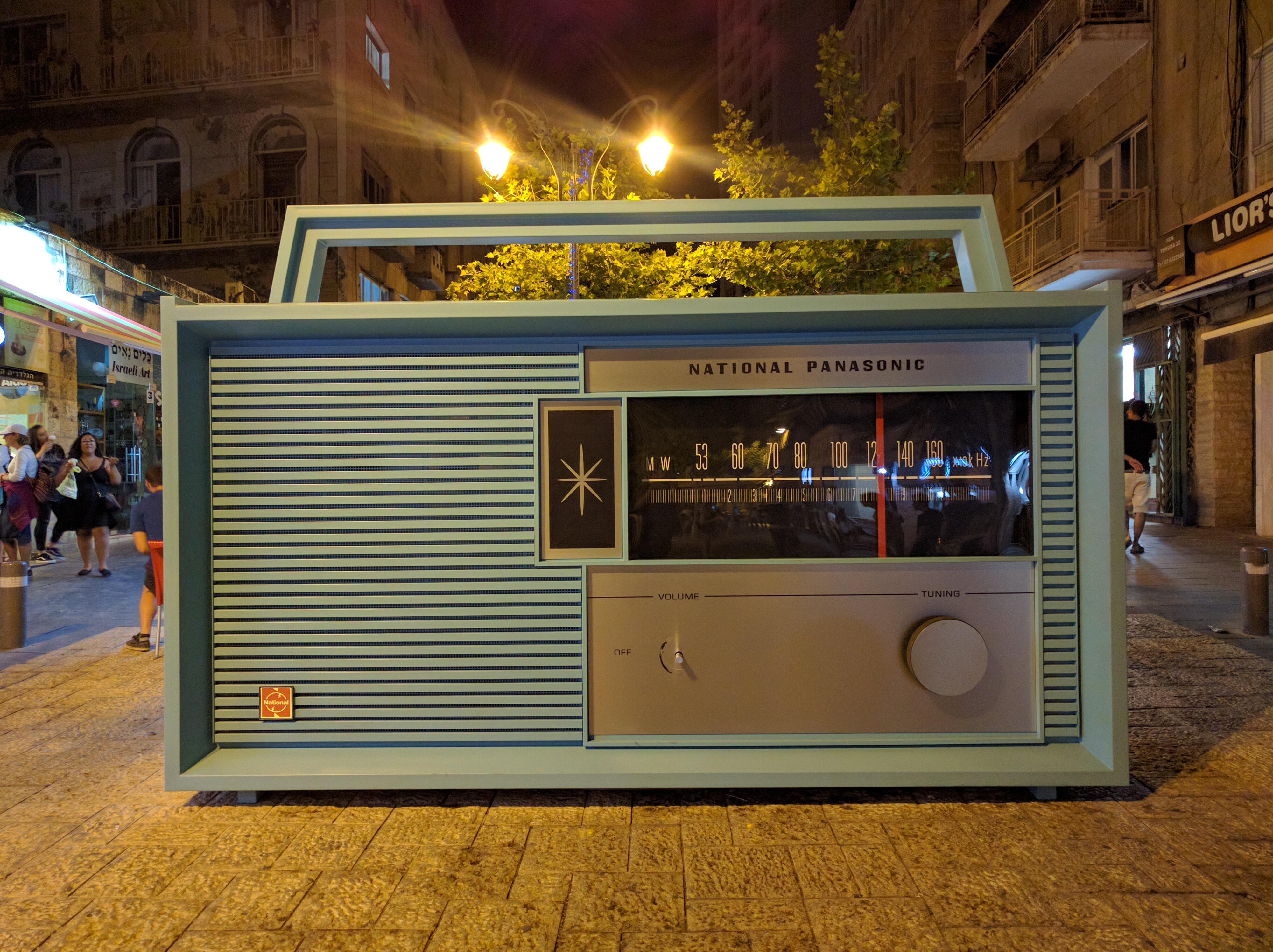 מקלט רדיו ענקי ברחוב בן יהודה (צילום: נדב-בן אוד)