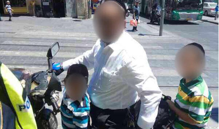 אב מרכיב את שני ילדיו על האופניים החשמליים (צילום: דוברות המשטרה)