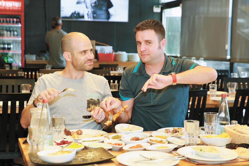 """יהונתן כהן ועמית אהרנסון, מסעדת """"שישילק"""" (צילום ארנון בוסאני)"""