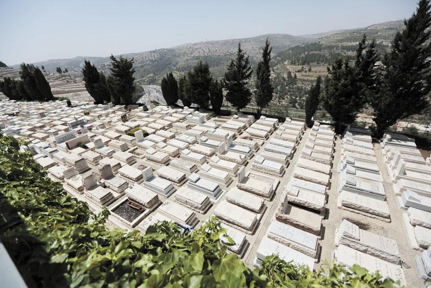 בית קברות בקומות (צילום: אורן בן־חקון)