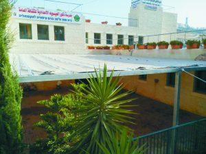 בית הספר עם מתקן הצללה (צילום: דוברות עיריית ירושלים)