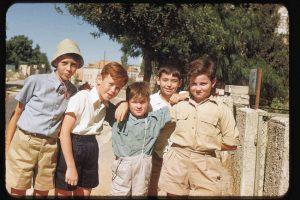 """ילדים צברים בשכונת רחביה (צילום: לע""""מ סימור קטקוף)"""