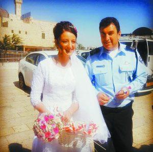 ניצב יורם הלוי והכלה בכותל (צילום: דוברות המשטרה)