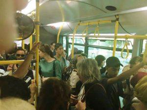 צפיפות באוטובוס (צילום: אלון קאס)