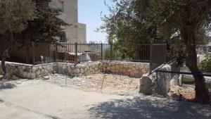 פירוק ביתני אשפה בירושלים. (צילום: אגף אכיפה ושיטור)