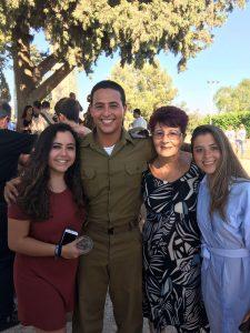 """רב""""ט אילן בולינדר עם משפחתו (צילום: דובר צה""""ל)"""