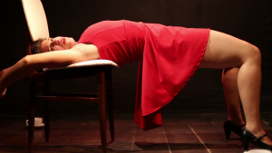 """נופר סלע, מתוך המופע """"צבע אדום"""" (צילום: יואב בריל)"""