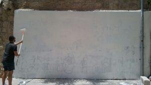 שלב ראשון - צביעה של כל הקיר (צילום: אלכס חייצקי)