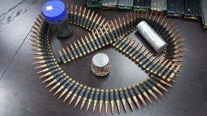 אמצעי הלחימה והסמים שנתפסו (צילום: דוברות המשטרה)