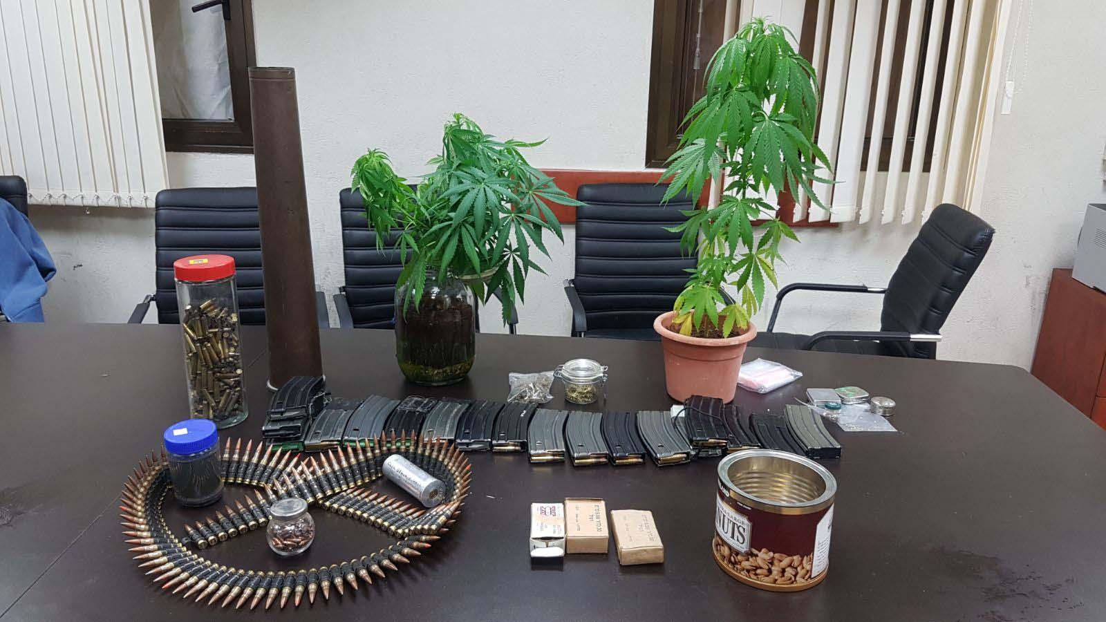 התחמושת והסמים שנמצאו (צילום: דוברות המשטרה)