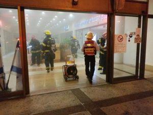 הכניסה לאולם שערי העיר בעת השריפה בתחילת החודש (צילום: דוברות כבאות והצלה)