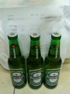 המשקאות שלפי החשד נמכרו לנוער (צילום: דוברות המשטרה)