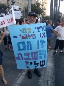 תושב שוהם שהגיע לתמוך בחילונים (צילום: נדב-בן אוד)