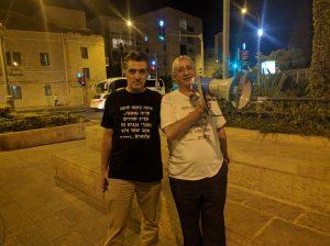"""עזי נגר ואבי אלקלעי """"נגד השחיתות השלטונית"""" (צילום: נדב-בן אוד)"""