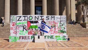 נושא דגל ישראל בשבוע האפרטהייד בדרום אפריקה (צילום: אלבום פרטי)