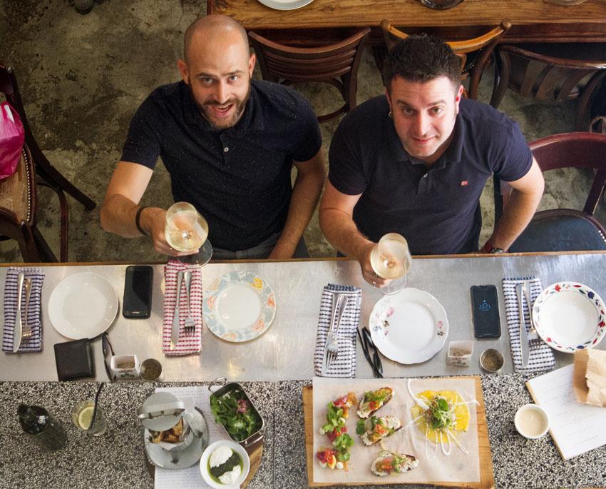 """יהונתן כהן ועמית אהרנסון, מסעדת """"מחניודה"""" (צילום: אסף קרלה)"""
