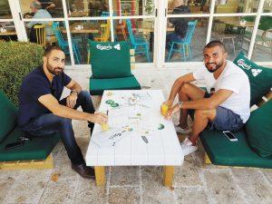 איציק כהן וקובי לוי בקפה אביחיל (צילום: פרטי)