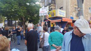 """מחאת תושבים נגד הרכבת הקלה ברחוב עמק רפאים (צילום: יח""""צ)"""