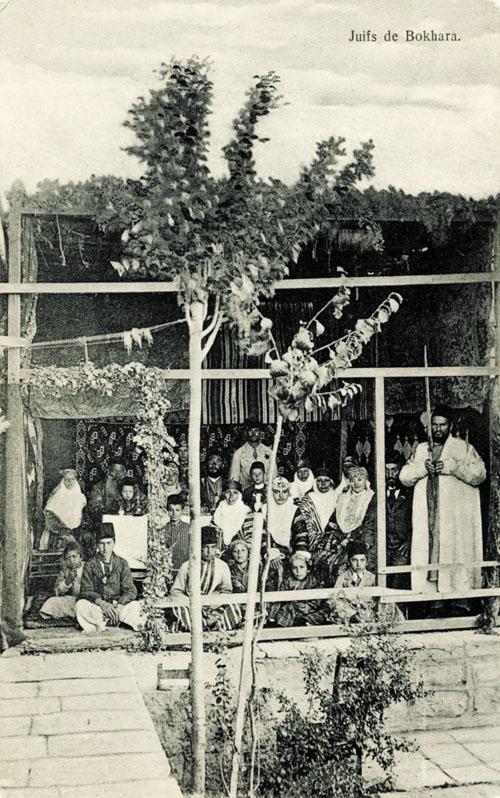 משפחה בסוכה בבוכרה (צילום: מתנת רפי גראפמן)