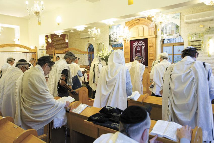 מתפללים בבית הכנסת (צילום: מוטי מילרוד)