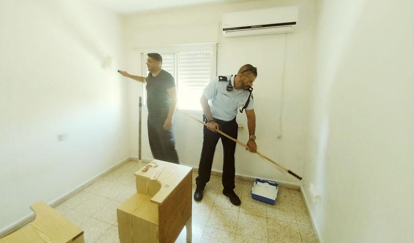 שיפוץ ביתו של קשיש בפסגת זאב (צילום: דוברות משטרת ירושלים)