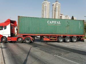פינוי אחת המכולות ברמות (צילום: דוברות עיריית ירושלים)