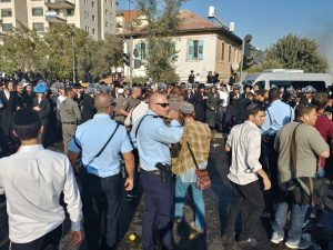 חרדים מפגינים במאה שערים (צילום: דוברות המשטרה)