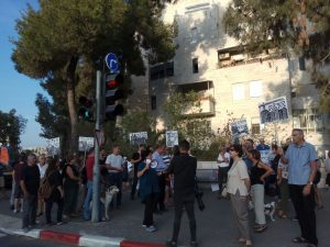 """ההפגנה מול ביתו של ברקת נגד מתווה החלוקה (צילום: יח""""צ)"""