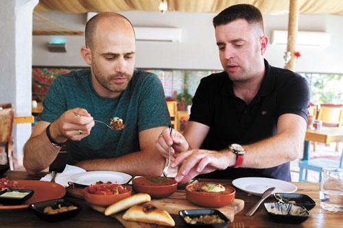 """יהונתן כהן ועמית אהרנסון במסעדת """"רשטא"""" (צילום: אסף קרלה)"""
