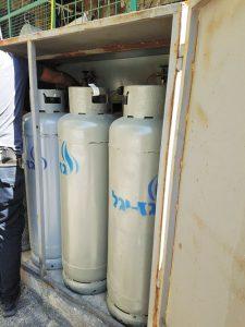 בלוני גז פיראטיים בשוק (צילום: מינהל קהילתי לב העיר)