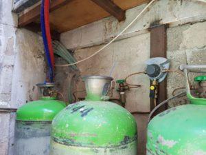 בלוני גז שהותקנו באופן פיראטי בשוק מחנה יהודה (צילום: מינהל קהילתי לב העיר)