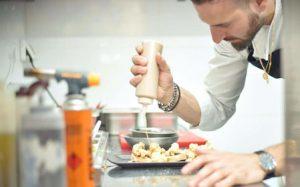 ברוסקטה כרובית - קרם חציל שחור, טחינה גולמית וינגרט לימון וכוסברה (צילום דור מלכה)