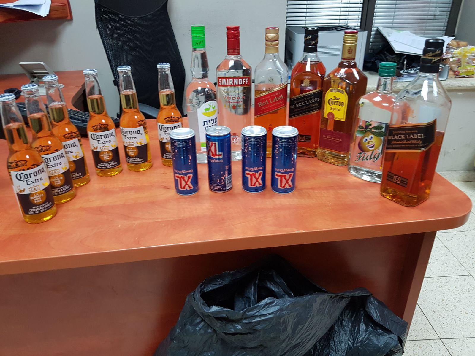 בקבוקי האלכוהול שנגנבו במרכז העיר (צילום: דוברות המשטרה)