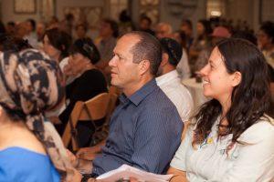 מתוך הכנס העירוני לסיוע לבני נוער חסרי בית - ליאור ילין פריינד וראש העיר ניר ברקת (צילום: אביגיל פיפרנו באר)