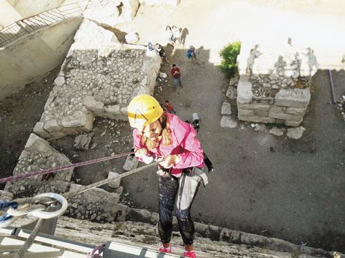 סיגל קליין עושה סנפלינג בחומות העיר העתיקה (צילום: פרטי)