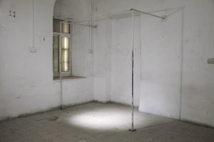 """עבודה של אסף אלבוחר מתוך התערוכה """"רדיקלים חופשיים"""" בבית הספר מוסררה (צילום: יח""""צ)"""