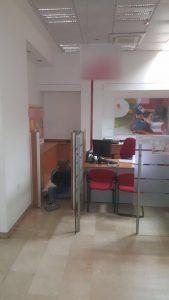 פורץ נתפס על חם בסניף בנק הפועלים בבית הכרם (צילום: דוברות המשטרה)