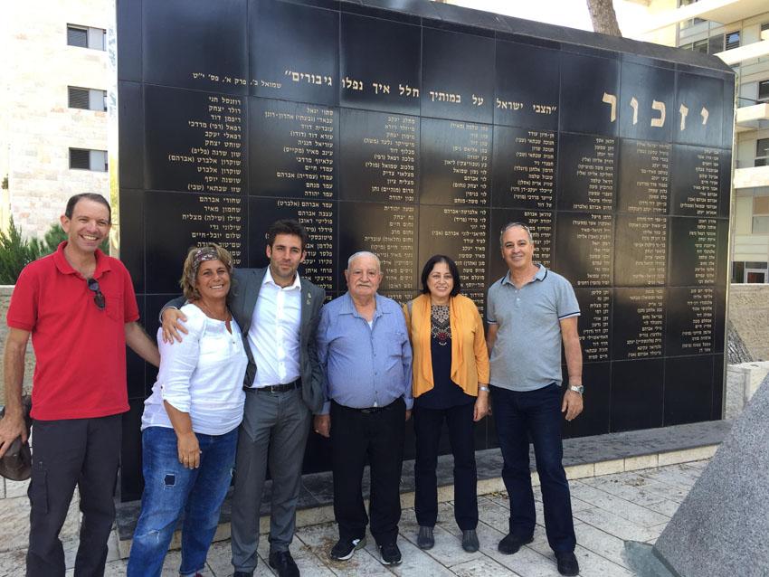 ההורים השכולים וסגן ראש העיר עופר ברקוביץ באנדרטה בגוננים (צילום: ימית יואלי-אלה)